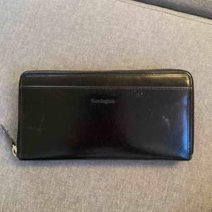 Säljer denna stora rymliga plånbok. Den har fack på både fram-och baksidan och den på baksidan kan stängas. Inuti finns 8 fack för kort samt 2 störrre fack för sedlar och ett dragkedjsfack. Frakt 40kr