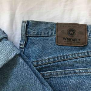 As balla jeans från märker wrangler. Köptes på plick men var tyvärr för stora. Jag säljer därför vidare dem. Skicket är as fint! Frakten ingår i priset!