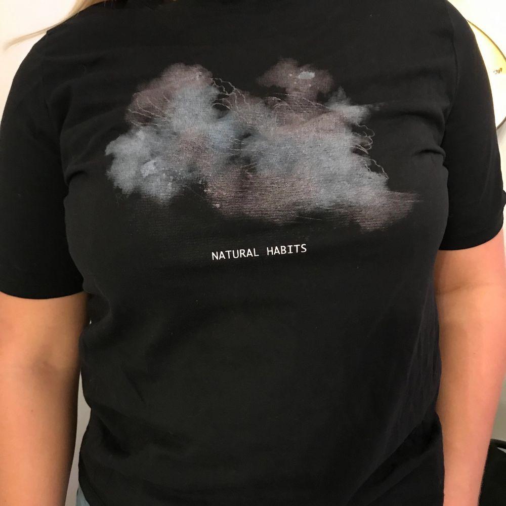 T-shirt från NAKD med coolt tryck. mycket bra skick. . T-shirts.