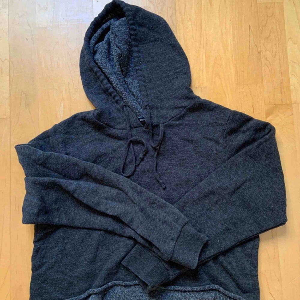 Säljer denna hoodien från brandy melville, i perfekt skick då den knappt har kommit till användning! Är helt slutsåld, passar XS-M beroende på önskad passform💖. Huvtröjor & Träningströjor.