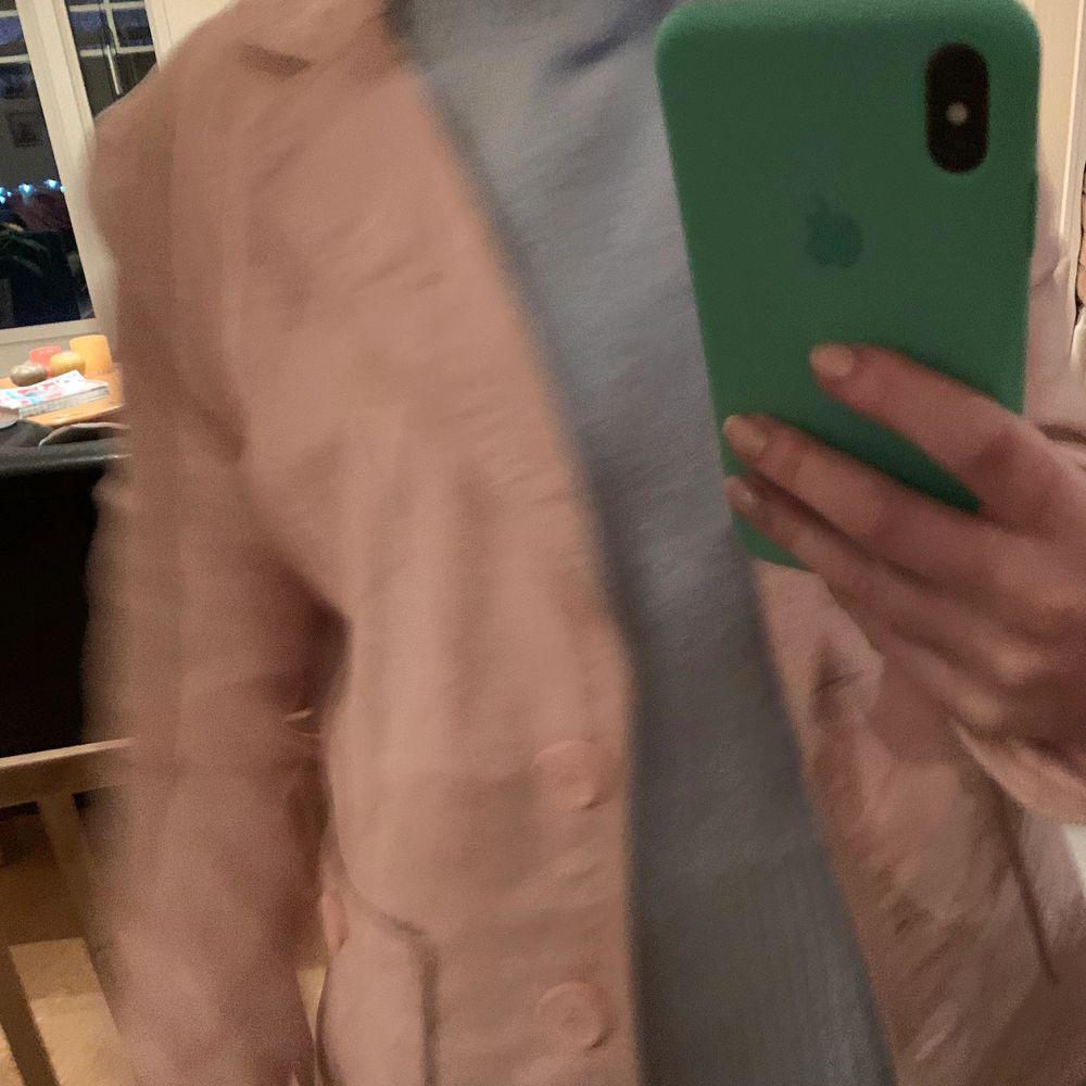 En ljusrosa linnekavaj! Är en storlek 40 men passar mig som brukar bära XS/S. . Kostymer.