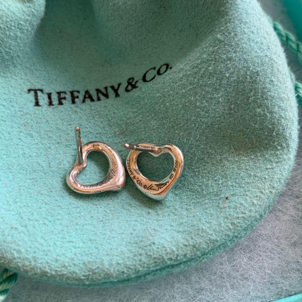 Klassiska örhängen från Tiffany&Co med låda och allt. Saknar endast pluppar baktill men nästan alla jag har provat har funkat. Accessoarer.