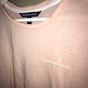 Rosa T-shirt från Calvin Klein i storlek S💗