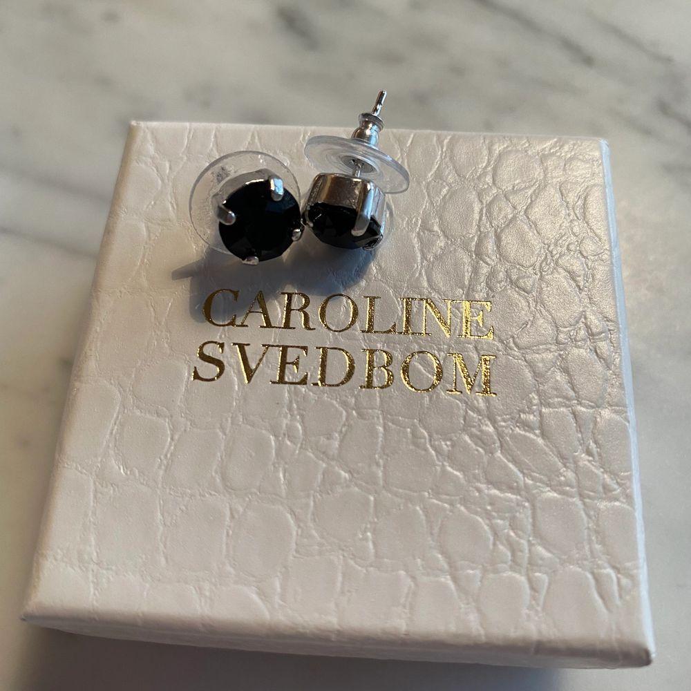 Helt nya örhängen den Caroline Svedbom i silver med svart sten. Nypris 395kr!. Accessoarer.