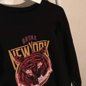 Säljer denna sweatshirt från Gina. Den har scratches/rivmärken i modellen, på några ställen. Använd ett fåtal gånger. Köparen står för frakt💕