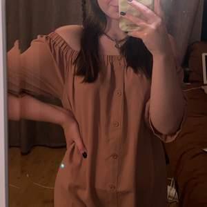Säljer denna smuts rosa somriga klänningen, jätte skön och perfekt för en varm sommardag! Köpt på boohoo för 100 kr säljer för 50 kr + frakt!