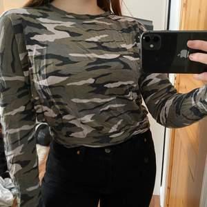 Jätteskön tröja från Ginatricot som jag hållit kär. Lite kortare än vanligt och lite nopprig men annars fint skick. Skrynklig pga att den legat i garderoben ett tag.