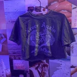 Grå croppad t-shirt från Urban Outfitters, använd fåtal gånger. Inga fläckar eller liknande. Det är meningen att den ska se vintage ut. Budgivning i kommentarerna eller Dm. Högsta bud vinner