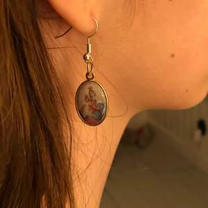 Nickelfria örhängen men coolt hänge ifrån Italien💕
