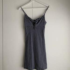 Supersöt klänning från Gina. Knappast använd och klänningen är som ny. Sitter superfint på men använder den ej