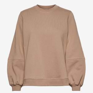 """Tänkte kolla intresset på min jättefina Ganni sweatshirt som har """"puffiga"""" ärmar 🤩🤩 skriv vad du skulle kunnat buda 💓 Köpt på Gannis butik på NK för ca 1500kr. Hör gärna av dig vid frågor!!"""