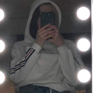 En vit hoodie ifrån hm! Används inte så säljer vidare den🥰 storlek S, använd fåtal gånger💎