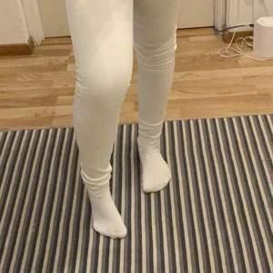 Vita lågmidjade jeans från hollister i en XS skulle jag säga