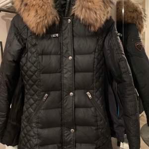 En rock and blue jacka i väldigt bra skick. Använd en vinter och säljer den då jag har en ny och inte använder den längre. Pris kan diskuteras.