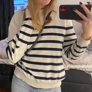 Randig tröja i storlek s, passar jättebra till jeans eller kjol till sommaren💞