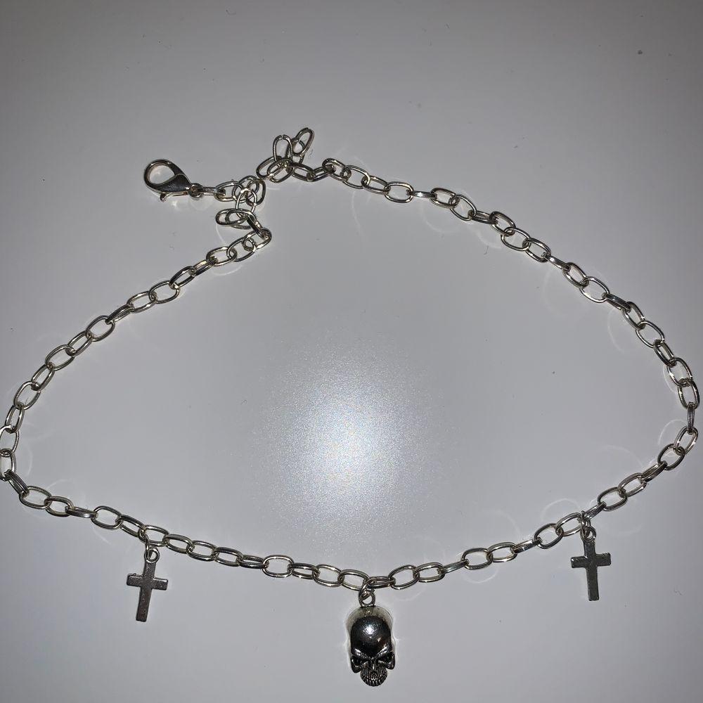 Ett jättefint halsband med kors och dödskalle                (Kan tänka mig att gå ner i pris). Accessoarer.