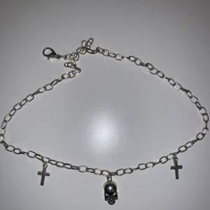 Ett jättefint halsband med kors och dödskalle                (Kan tänka mig att gå ner i pris)