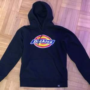 Säljer denna svarta dickies hoodien i storlek xxs men skulle säga att den lätt passar en S (tjej). Den är i fint skick och inga skador. Frakten ingår inte i priset, skriv gärna privat om du har några frågor💗💗