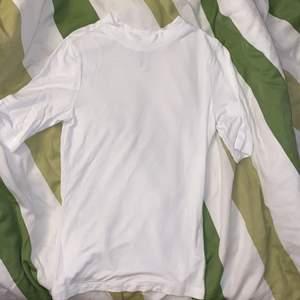 söt vit tshirt med lite längre armar som man kan använda under klänningar t.ex! tyvärr för liten för mig så aldrig kommit till använding 🥺 finns i svart också 💗