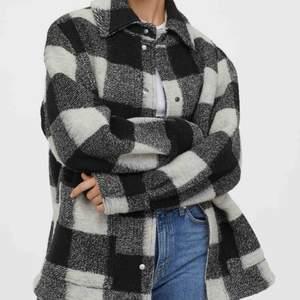 Rutig jacka från hm St XS passar även S  43% ull så den passar även när det är kallare.  Använd men i fint skick. Har blivit lite nopprig eftersom att det är ull.  Egen bild kan fås vid intresse!!