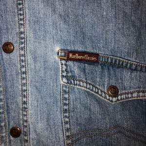 Jeansskjorta köpt på Humana för 2 år sen. Aldrig använd. Jättebra skick!    Kan mötas upp i Stockholm eller frakta, köparen står för frakten