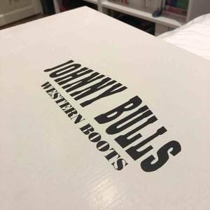 Äkta Johnny Bulls boots! De är i gott skick, köpta för ca 3år sedan och använda endast fåtal gånger. Säljes på grund av för liten i storleken. Kan mötas upp i Stockholm, annars tillkommer frakt på ca 60kr. Originalpris: 1400kr