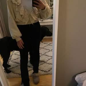 En jätte fin tröja med volanger på från zara. Köpte i vintras men tyvär inte fått användning för den så nyskick. Köparen betalar frakt. Skulle säga att den är något liten i storlek för den är på gränsen för kort i armarna på mig som vanligt vis har S