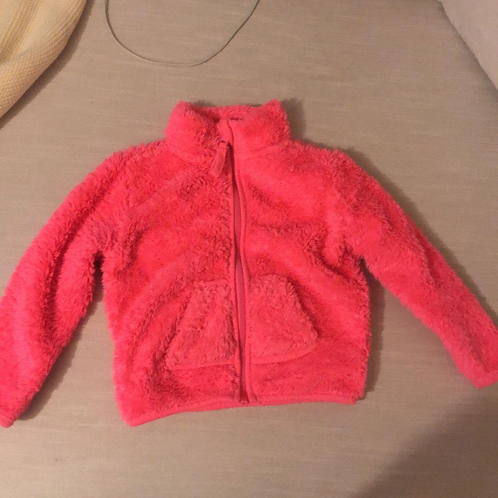 super gullig rosa fleecejacka med små söta fickor på framsidan. Hur gullig kommer inte ett litat barn se ut i den ✨ur söt✨. Säljs pågrund av flytt till varmare miljö . Jackor.