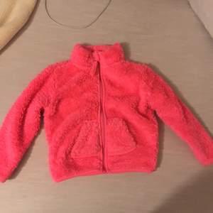 super gullig rosa fleecejacka med små söta fickor på framsidan. Hur gullig kommer inte ett litat barn se ut i den ✨ur söt✨. Säljs pågrund av flytt till varmare miljö