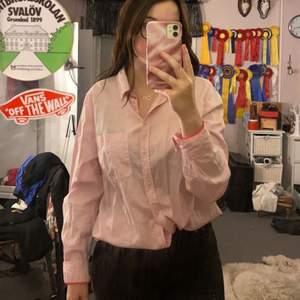 En knappt använd skjorta från Lindex, köpt ungefär för två år sen kanske, passar bra till raka jeans eller mom jeans enligt mig✨
