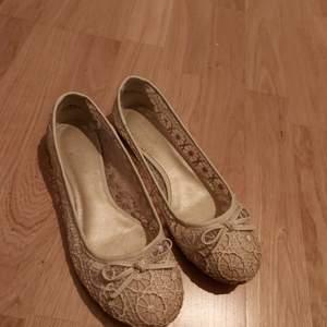 Vita spets ballerina skor. Använda en gång vid skol avslutning. Lite smutsiga men går att få bort.