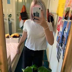 En creme vit t shirt i storlek XS med en broderad rosa gullig hjärt detalj från divided 💗 har inga fläckar eller hål😻 frakt på 22kr tillkommer 😘