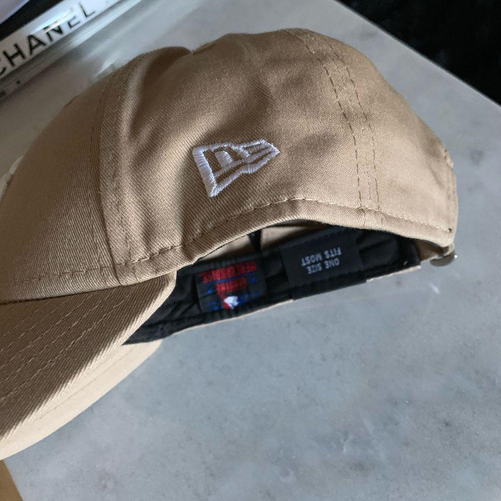 Beige New York Yankees-keps (märke: New Era) med justerbar storlek i nyskick (endast testad) Hämtas i Bromma, Stockholm eller skickas med Postnord (eventuell frakt betalas av köpare). Accessoarer.