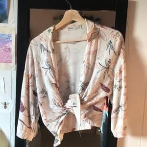 jättefin blus!! går att ha linne under eller knäppa och ha som den är 🌸🌸🌸står xs men passar nog s också 🥰