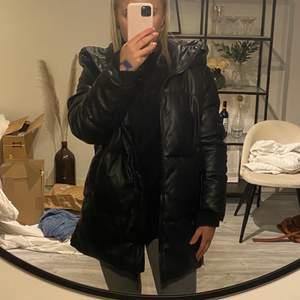 Säljer denna slutsålda jacka från Zara. Aldrig använd och i ett bra skick! Frakt tillkommer! 🖤