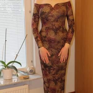 OBS! Bilderna beskärs på Plick så skriv privat för hela bilder! 😃 Den här klänningen ger såå fin form och framhäver kurvorna 😍 Otroligt skönt material och så stretchig att den passar S, M & L. Helt magiskt ✨ Möts upp eller fraktar, skriv privat för fraktkostnaden.