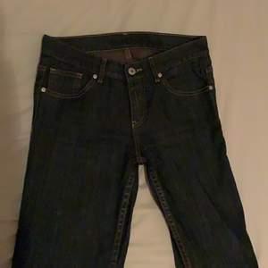 fina lågmidjade jeans i fint skick, kommer inte till användning hos mig. frakt tillkommer:))💞