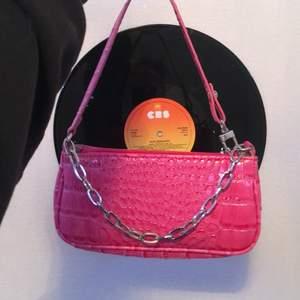 Säljer denna sjukt fina baguette väskan pga att jag inte får någon användning av den, den är i toppen skick och är lagom i storleken✨🦋 frakten ingår!