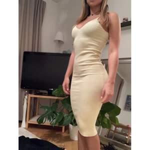 Ribbad gul lång klänning, går till knäna. Jag är 170 cm.