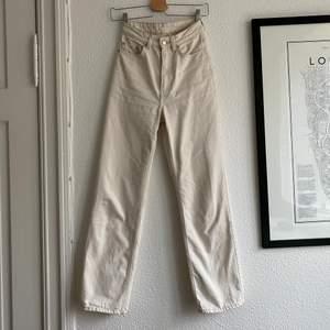 Beiga jeans i modellen Row från Weekday. Superfint skick och så snygg modell!