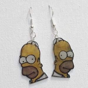 Örhängen-Homer Simpson i plast, ca 3x2cm❗️Fri Frakt❗️🔔Vänligen meddela bara om du har funderingar eller om du har bestämt dig för att köpa🔔