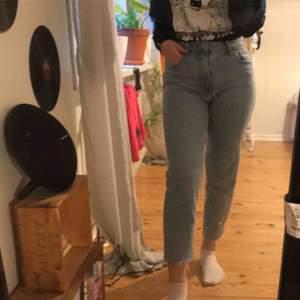 Oanvända raka jeans från bershka. Sitter tight men är super stretchiga. Köparen står för frakten men går även att hämta upp!