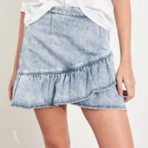Hollister jeans kjol som köptes för ca 550 kr. Några fläckar på insidan som absolut inte syns