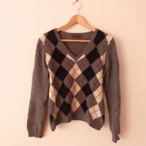 100 % KASHMIR. Skönaste tröjan jag någonsin ägt, så mjuk. Från Paquito.