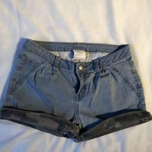 Blåa jeansshorts med kamouflagemönster. Är i använt begagnat skick men inga fläckar eller liknande. Köparen betalar frakten (har 2 par där av 2 annonser)