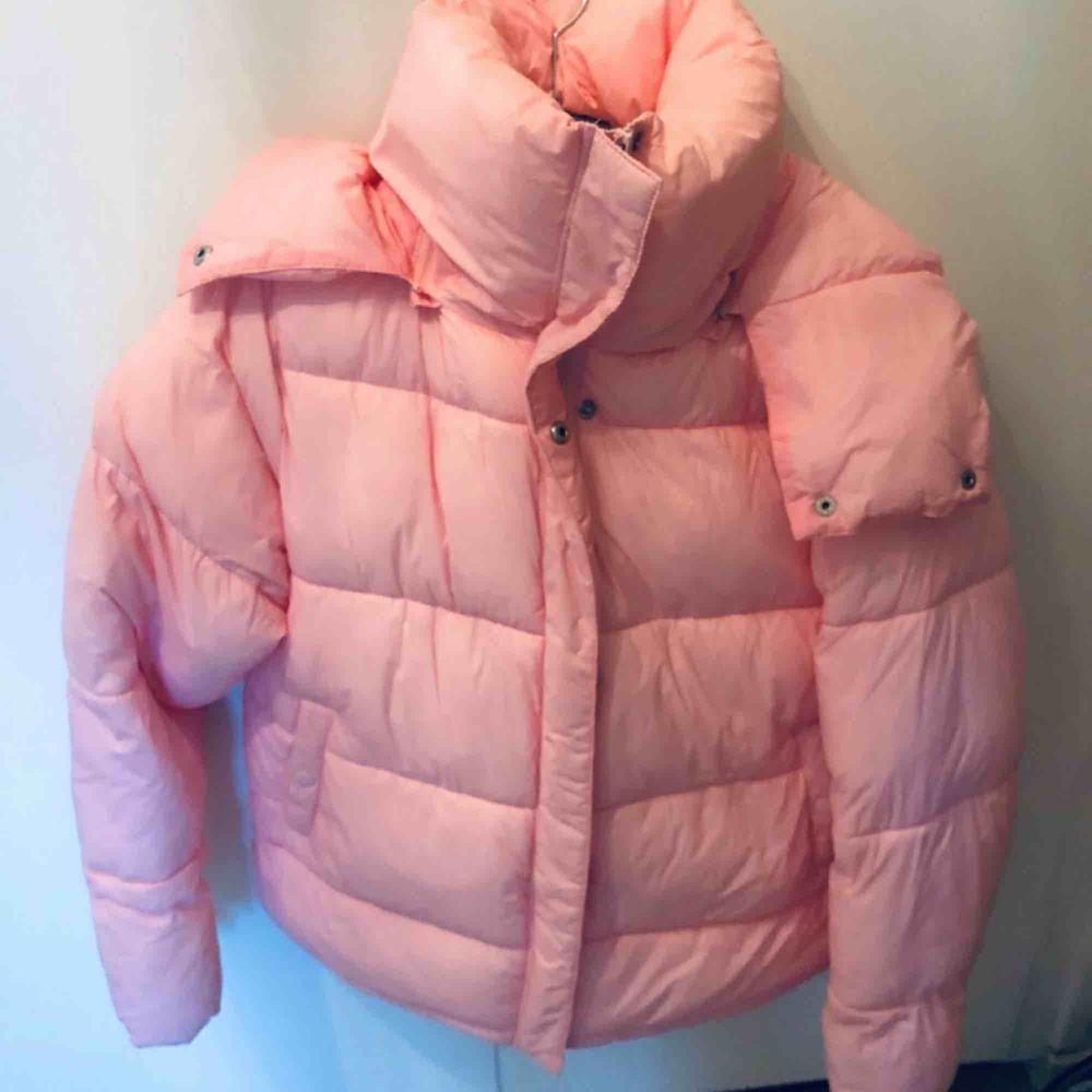 Oversized rosa puffer jacket från julbok men mysig luva och hög krage. Otroligt skön och fin, säljer för att jag köpt en ny vinterjacka💕nypris runt 700-800 och jackan är i komplett nyskick. Jackor.