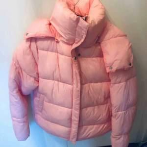 Oversized rosa puffer jacket från julbok men mysig luva och hög krage. Otroligt skön och fin, säljer för att jag köpt en ny vinterjacka💕nypris runt 700-800 och jackan är i komplett nyskick