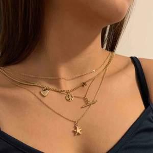 En oanvänd layered fashion-halsband som kompletterar outfiten och ger din outfit det lilla extra. One size, justerbar längd. Helt ny och finns endast en  så hit me up! Sälj inte längre i butiker, vintage y'all
