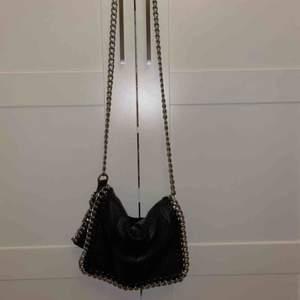 Något använd väska från tiamo (scorett) med silvrig kedja . Säljer för 150kr (org.pris ca 499), litet slitage på metallen där axelbandet fäster vid väskan.