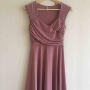 Perfekt klänning för avslutningsmiddag/ skolavslutning/ bal från bubbelroom. Finns inte kvar på deras hemsida. Köptes för cirka 700 kr. Storlek S. Använd 1 gång. Köparen står för frakten. 🌸 (kan skicka fler bilder på den)